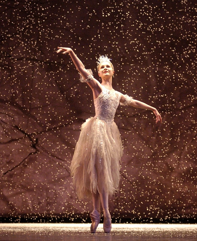 jenna-roberts-as-the-snow-fairy-in-birmingham-royal-ballets-the-nutcracker-credit-roy-smiljanic-smal